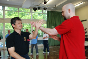 Master Tse playing Chi Sau with a bigger opponent. Good Chi Sau is important to reach a high level of Wing Chun.