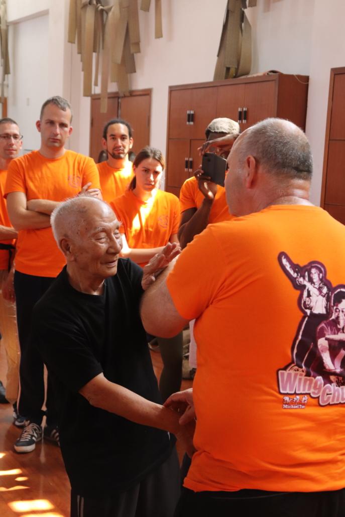 photo Grandmaster Ip Chun using Fāt Sáu 拂手